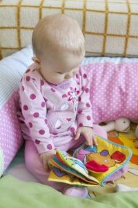 bebé con libro